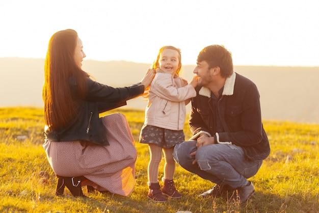 Familiefoto van moeder, vader en schattig klein meisje, samen tijd hebben