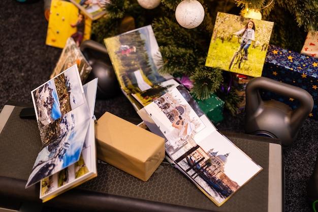 Familiefotoalbum en gewichten voor sporten bij de kerstboom