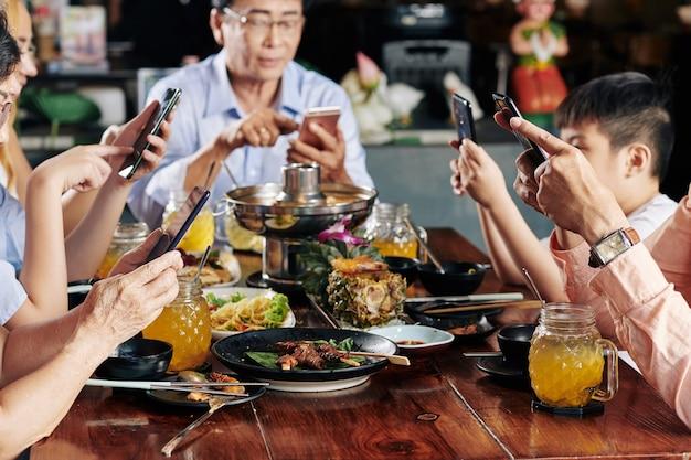 Familieleden die tijd doorbrengen op sociale media