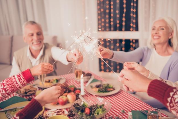 Familieleden genieten samen van het kerstfeest