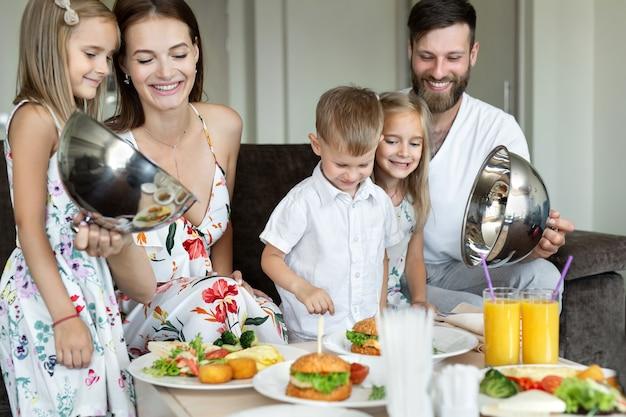Familieontbijt in het hotel