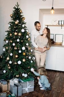 Familiepaar dat op kerstmis thuis wacht