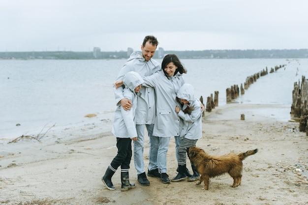 Familieplezier in de buurt van de zee met een hond