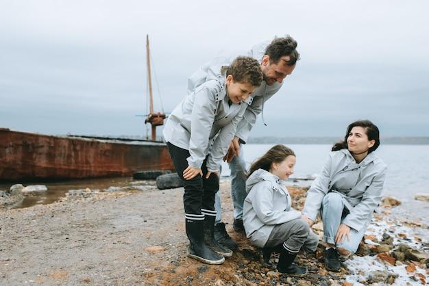 Familieplezier in de buurt van de zee op de achtergrond van een boot