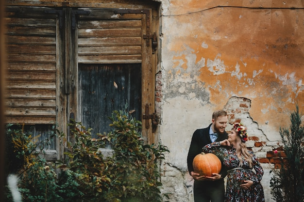 Familieportret, expacterend koppel. man knuffels tedere zwangere vrouw