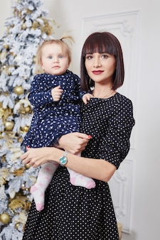 Familieportret van een moeder met kinderen op kerstavond. nieuwjaar thuis met familie
