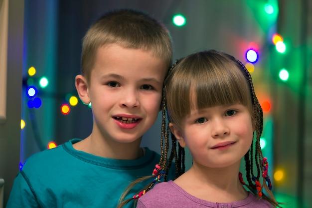 Familieportret van twee jonge gelukkige schattige blonde kinderen