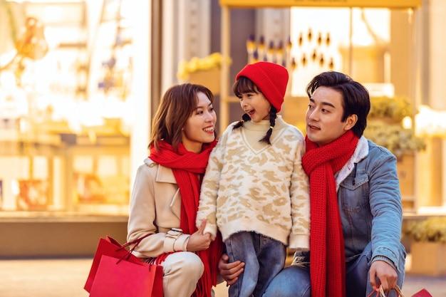 Familieportret vieren kerst en nieuwjaar met vakantie en winkelen