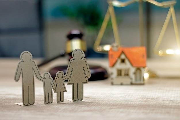 Familierecht concept. huis model familie papier en rechter hamer op de tafel