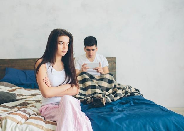 Familieruzie. de man en het meisje hebben ruzie. de man is afhankelijk van de smartphone