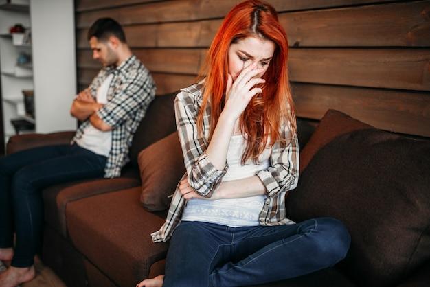 Familieruzie, paar in conflict. probleemrelatie, stress. ongelukkige man en vrouw