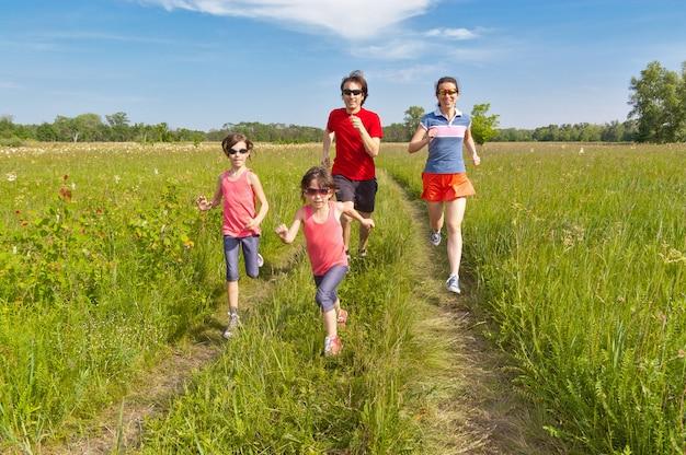 Familiesport, buiten joggen. gelukkige actieve ouders met kinderen rennen. gezonde familie levensstijl concept