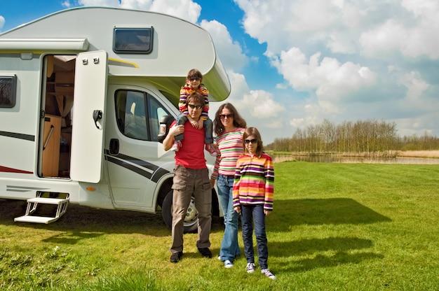 Familievakantie, rv reizen met kinderen, gelukkige ouders met kinderen hebben plezier op vakantiereis in camper