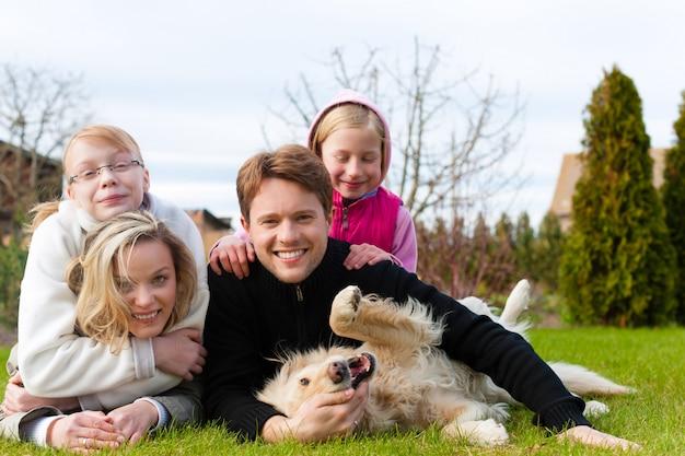 Familiezitting met honden samen op een weide