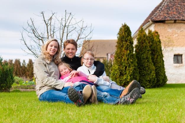 Familiezitting samen op een weide in de lente
