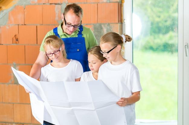 Familiy bekijkt de website van de huiscontruction