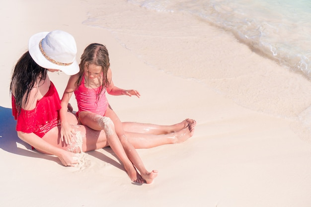 Familly op tropisch strand. moeder en kind genieten van hun vakantie