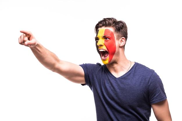 Fan ondersteuning van het belgische nationale team met geschilderde gezicht schreeuwen en schreeuwen geïsoleerd op een witte achtergrond