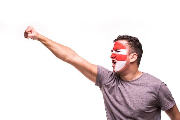 Fan ondersteuning van het kroatische nationale team met geschilderde gezicht schreeuwen en hand omhoog geïsoleerd op een witte achtergrond