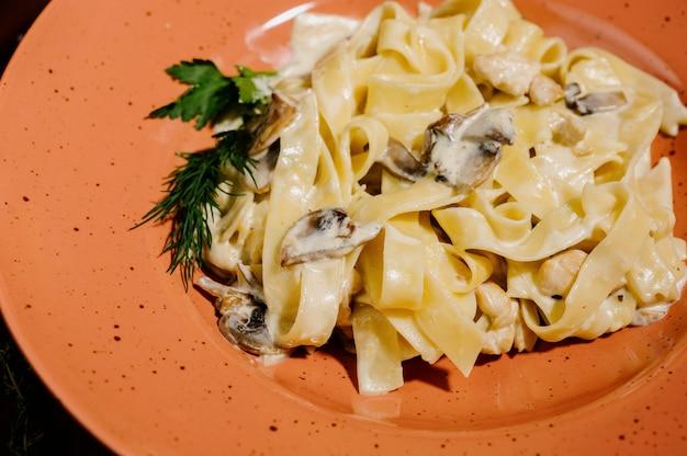 Fancy biologische fetuccine pasta met romige alfredo champignonsaus