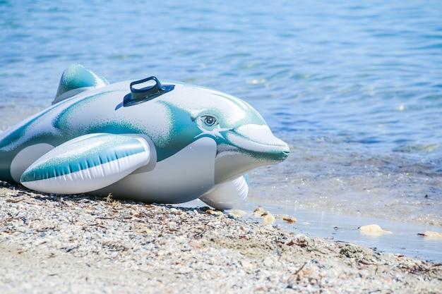 Fancy dolfijn speelgoed voor kinderen op het strand, klaar voor de zee.