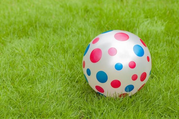 Fancy football polka dots, blauw en rood zet op een groen gazon