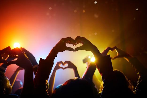 Fans die hun liefde uitdrukken in relatie tot de artiest