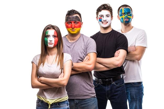 Fans van nationale teams met geschilderd vlaggezicht van duitsland, mexico, zuid-korea, zweden.