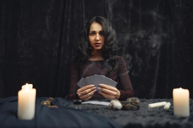 Fantasie mooi zigeunermeisje. waarzegster vrouw die toekomst leest op magische tarotkaarten.
