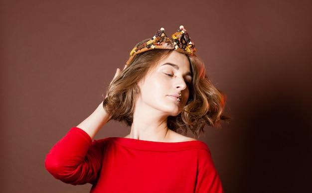 Fantasiekruidenkroon op het gezicht van de koningin met pittige make-up