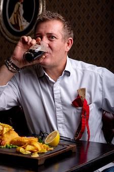 Fantastisch op elke leeftijd. portret van modieuze man in stijlvolle pak poseren in restaurant.