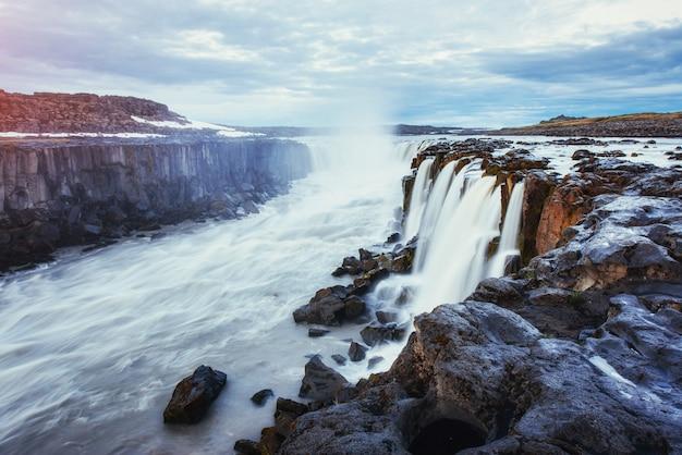 Fantastisch uitzicht op de selfoss-waterval in het nationaal park vatnaj