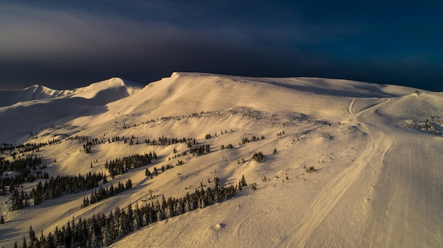 Fantastisch uitzicht op de winterskibaan op een zonnige, wolkenloze dag