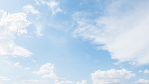 Fantastische blauwe hemel