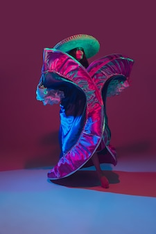 Fantastische cinco de mayo danseres op paars in neonlicht