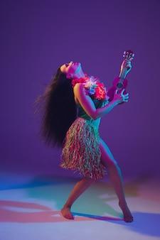 Fantastische danseres van cinco de mayo op paarse studioachtergrond in neonlicht