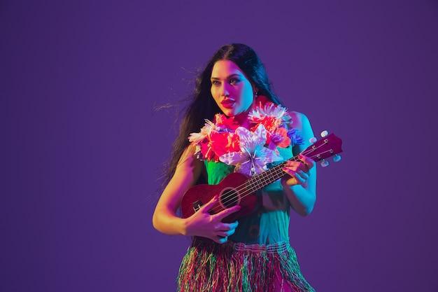 Fantastische danseres van cinco de mayo op paarse studiomuur in neonlicht