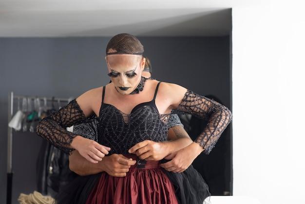 Fantastische drag queen maakt zich klaar voor een fotoshoot