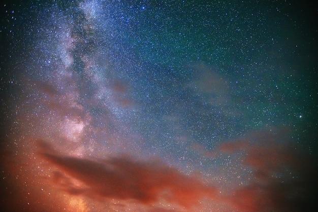Fantastische meteorenregen en de met sneeuw bedekte bergen