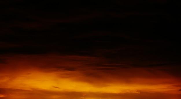 Fantastische oranje - zwarte lucht boven de bergen