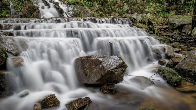Fantastische rock cliff waterfall
