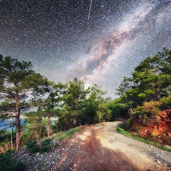 Fantastische sterrenhemel en majestueuze bergen in de mist. dramatische mooie ochtend. herfst landschap. met dank aan nasa