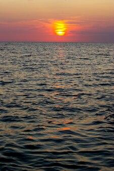 Fantastische zonsondergang boven de zee