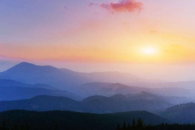 Fantastische zonsondergang in de bergen van oekraïne.