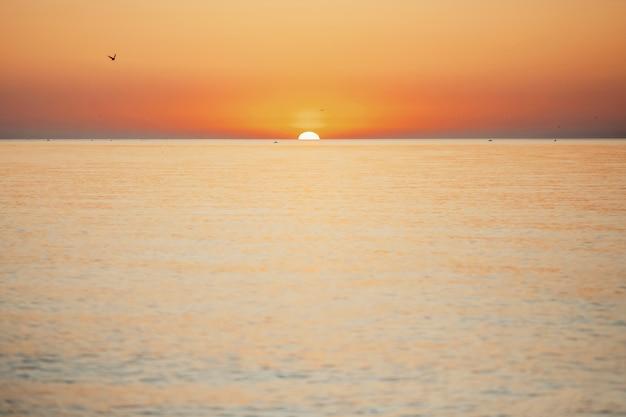 Fantastische zonsondergang op de zee