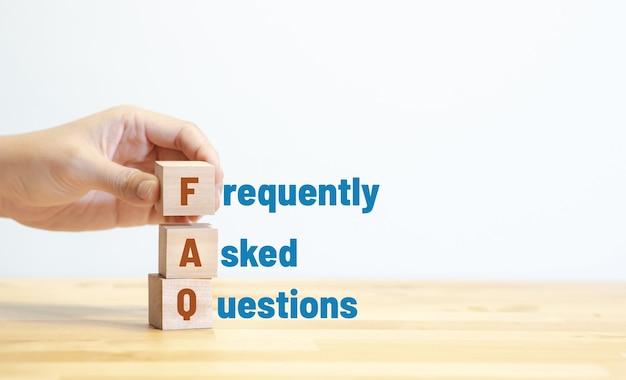 Faq, veel gestelde vragen concepten met tekst op hout