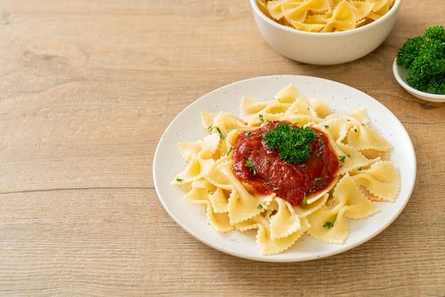 Farfalle pasta in tomatensaus met peterselie - italian food style