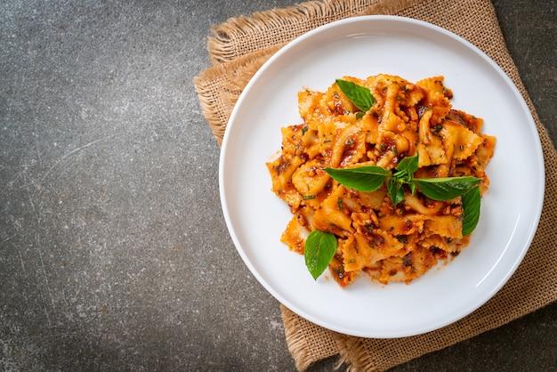 Farfalle pasta met basilicum en knoflook in tomatensaus