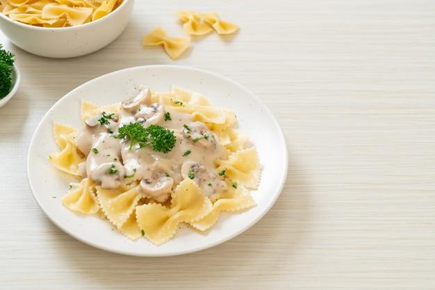 Farfalle pasta met champignon witte roomsaus. italiaanse eetstijl