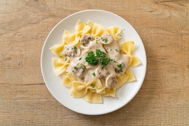 Farfalle pasta met witte champignonroomsaus - italian food style